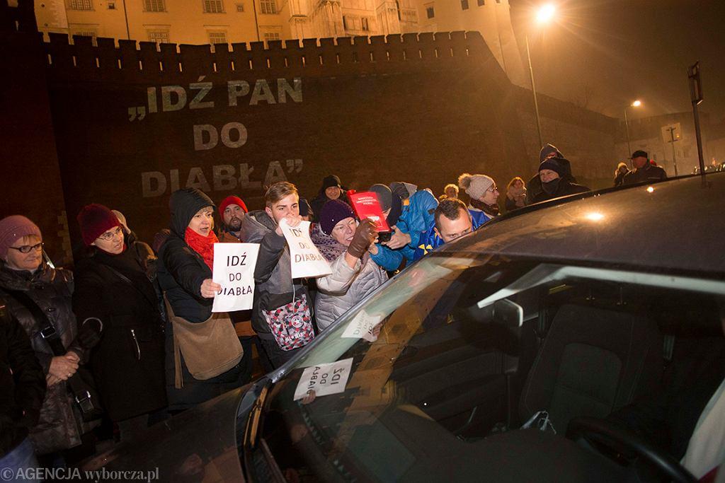 18.12.2016 Krakow . Krakowianie blokuja wjazd kolumny rzadowej na Wawel . Fot. Michal Lepecki / Agencja Gazeta