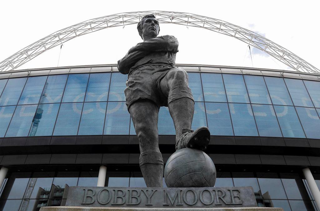 Bobby Moore na pomniku przed stadionem Wembley w Londynie. To tam miał się odbyć finał Euro 2020. Turniej przesunięto na przyszły rok z powodu pandemii koronawirusa.