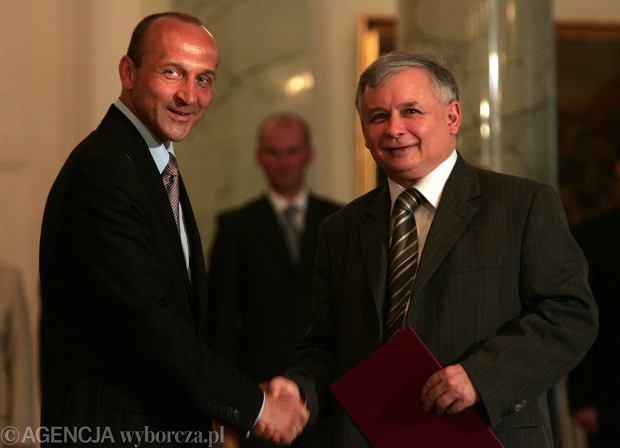 10 lipca 2006 r., nowy premier Jarosław Kaczyński (z prawej) i ustępujący premier Kazimierz Marcinkiewicz (fot. Sławomir Kamiński/AG)