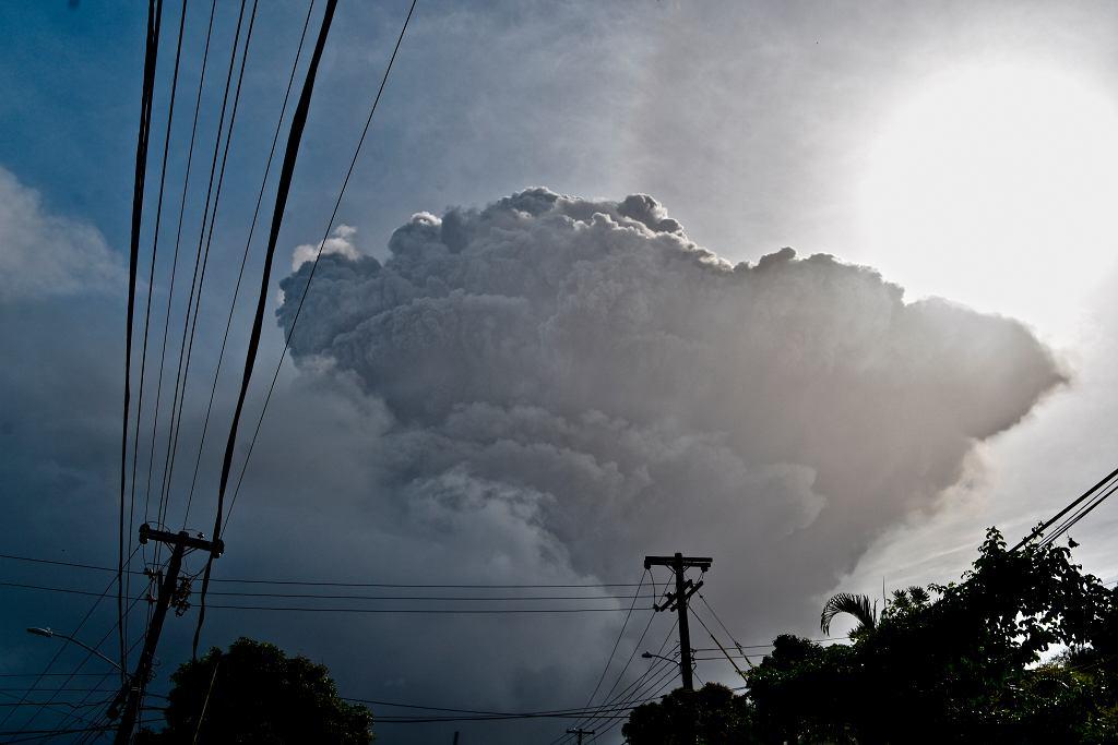 Popiół unoszący się w powietrze po erupcji wulkanu na karaibskiej wyspie Saint Vincent