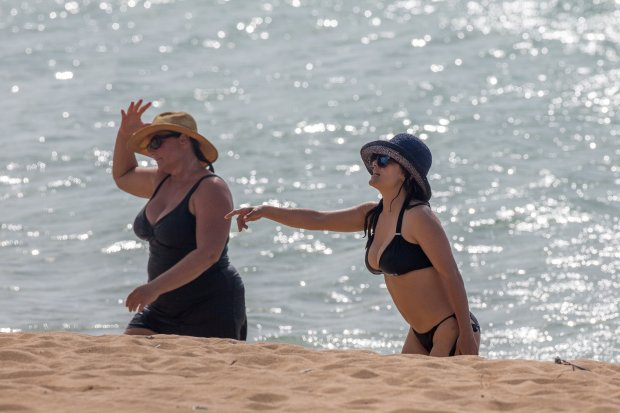 EXCLUSIVE: **PREMIUM RATES APPLY** **NO WEB UNTIL 0530AM GMT AUGUST 18, 2015** A bikini clad Salma Hayek and shirtless Pierce Brosnan spend a day at the beach together in Hawaii.  Pictured: Salma Hayek, Keely Shaye Smith