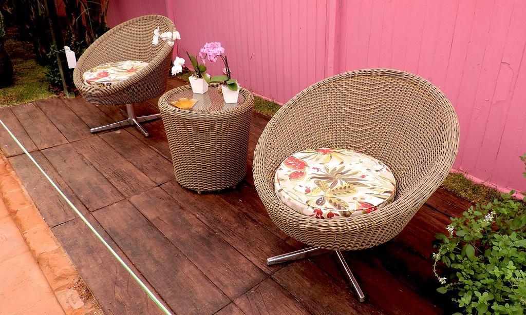 Poduszki na fotele do ogrodu. Zdjęcie ilustracyjne