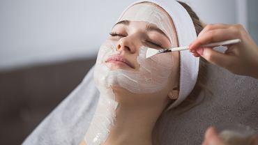 Peeling enzymatyczny możemy wykonać w salonie kosmetycznym. Zdjęcie ilustracyjne, InnerVisionPRO/shutterstock.com