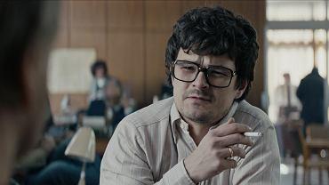 Kadr z serialu 'Rojst'. Dawid Ogrodnik grał w nim dziennikarza 'Kuriera Wieczornego'. Redakcję w tym filmie grał budynek Węgierskiej Ekspozytury Handlowej przy ul. Szwoleżerów