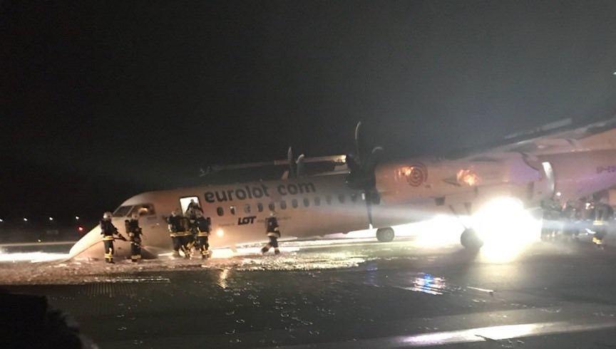 Zdjęcie wykonane przez pasażerkę samolotu, który awaryjnie lądował na Okęciu