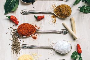 Sól podkręca smak potraw i sprzyja tyciu. Dlaczego warto ją ograniczać w codziennej diecie?