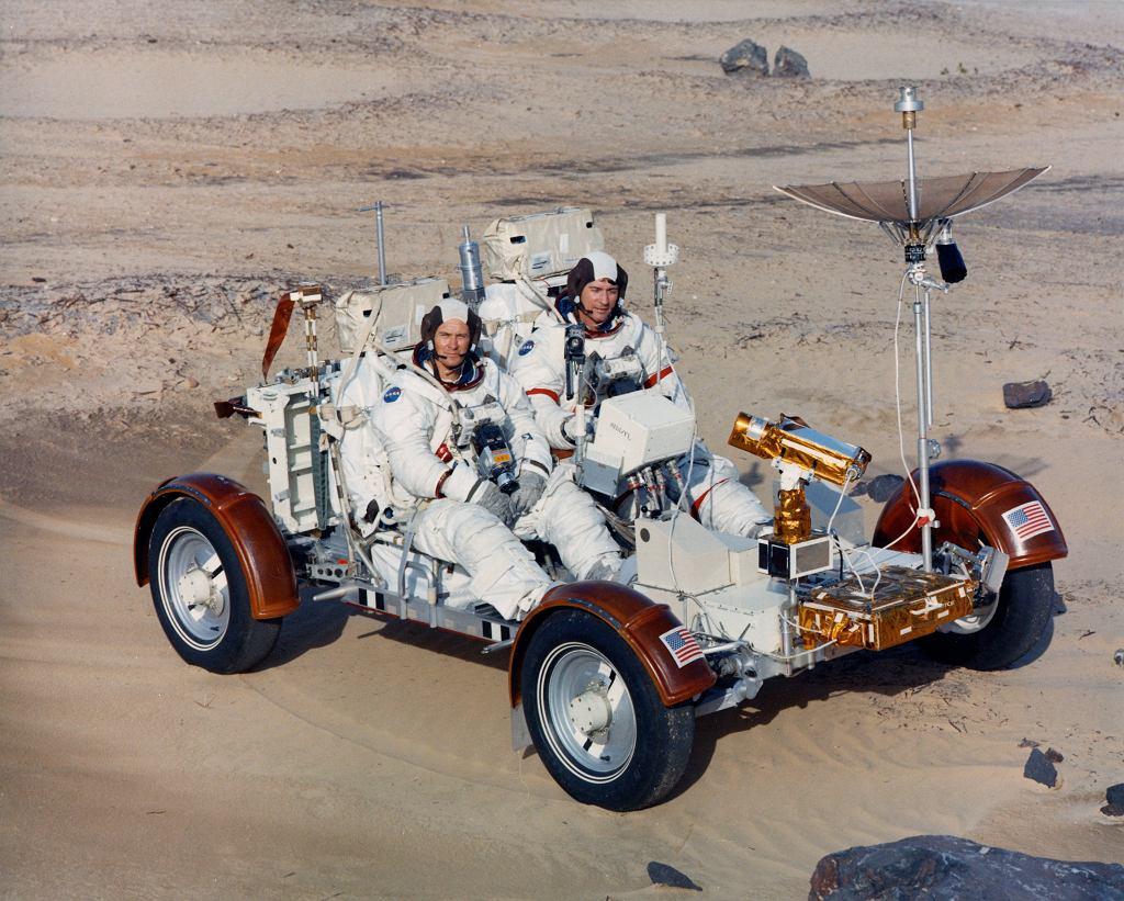 Astronauci misji Apollo 16 Apollo 16 John W. Young (po prawej) i Charles M. Duke (po lewej) testują pojazd LRV w Kennedy Space Center