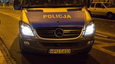 Policja z Jasienicy szuka wandala, który uszkodził krzyż na cmentarzu