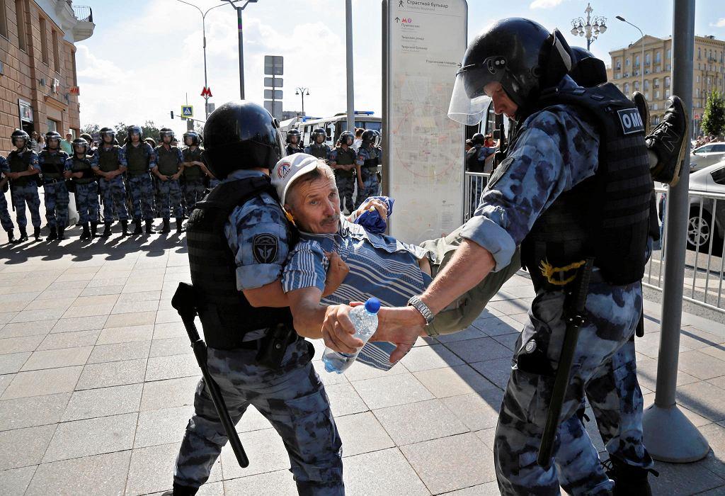 Demonstracja w Moskwie. Protestujący domagają się, by komisje wyborcze zarejestrowały kandydatów opozycji w wyborach do dumy stołecznej. Milicja zatrzymała ok 600 osób. Moskwa, 27 lipca 2019