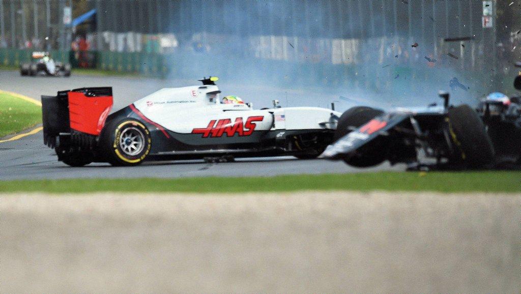 Do tego zdarzenia doszło na 18. okrążeniu. Hiszpan podczas wyprzedzania przy dużej prędkości Meksykanina Estebana Gutierreza (Haas) stuknął prawym, przednim kołem w tył rywala. Jego bolid odbił się od samochodu teamu Haas, uderzył w barierę, koziołkował w powietrzu i ponownie uderzył w bariery bezpieczeństwa.
