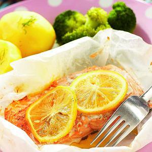 Cytrynowego łososia w papilotach możesz podać z brokułami na parze i ziemniakami z wody
