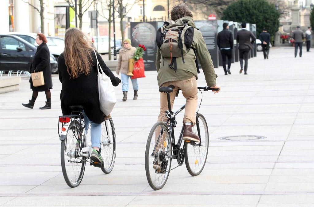 Pan Marek robi zdjęcia rowerzystom, pieszym i kierowcom. Wszystkich traktuje sprawiedliwie.
