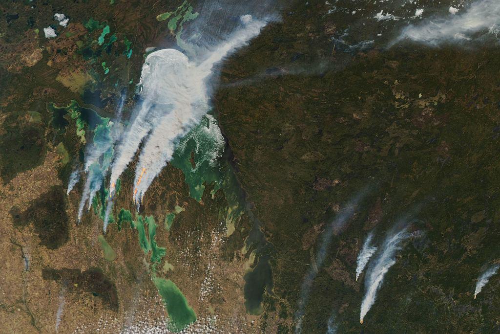 Dym z pożarów zastępuje lód. Widok na jezioro Winnipeg w Kanadzie