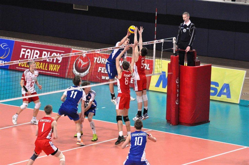 Bartosz Kwolek (w niebieskiej koszulce) w ataku podczas meczu z Rosją