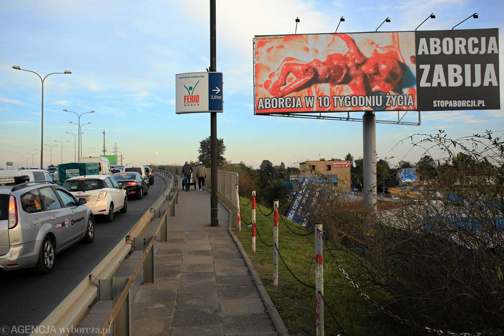 Gigantyczny billboard z martwym płodem przy Płowieckiej w Warszawie - zdjęcie ilustracyjne