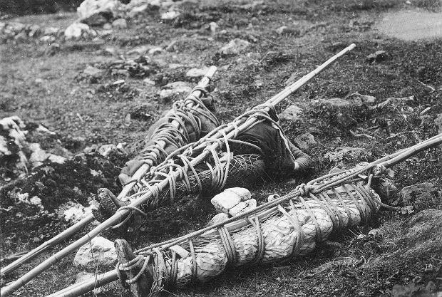 Ciała zmarłych turystów odnalezione i przygotowane do transportu przez ratowników TOPR (fot. Narodowe Archiwum Cyfrowe)