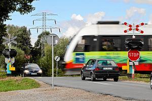 Narażają życie, byle zdążyć. Jak kierowcy, rowerzyści, a nawet inwalidzi przemykają pod szlabanami kolejowymi? [WIDEO]