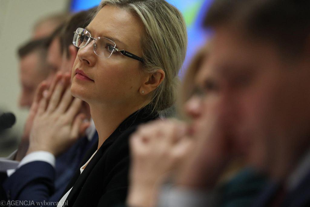 Przewodnicząca komisji ds. afery Amber Gold Małgorzata Wassermann podczas przesłuchania byłego premiera Donalda Tuska. Warszawa, 5 listopada 2018