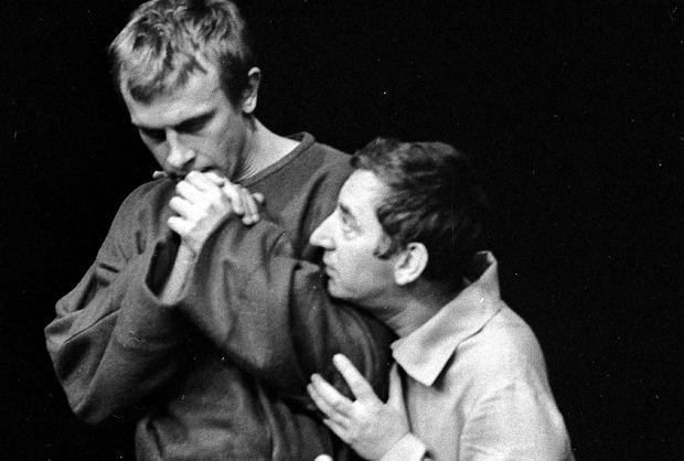 Warszawa, 22 listopada 1967 r. Próba generalna 'Dziadów' Kazimierza Dejmka w Teatrze Narodowym. Na zdjęciu: Gustaw Holoubek (z prawej) i Józef Duriasz
