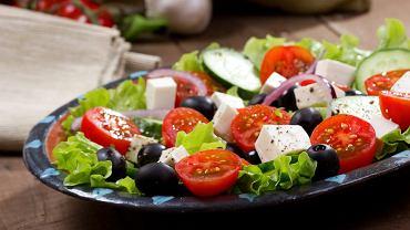 Na imprezie wybieraj lekkie przekąski. Może to być np. sałatka, ale uważaj na kaloryczne sosy.