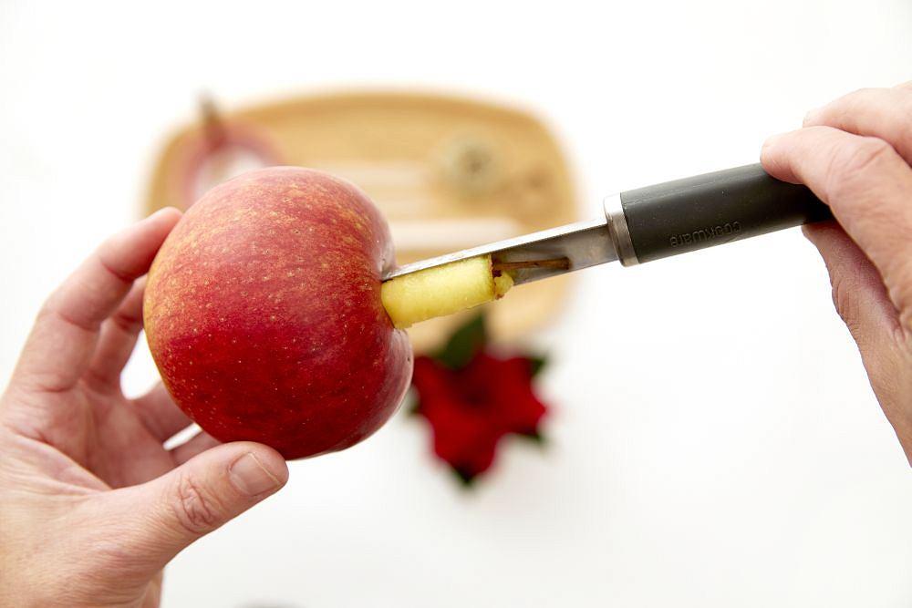 Trzeba wydrążyć jabłko