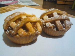 Mini tarta z jabłkami i rodzynkami