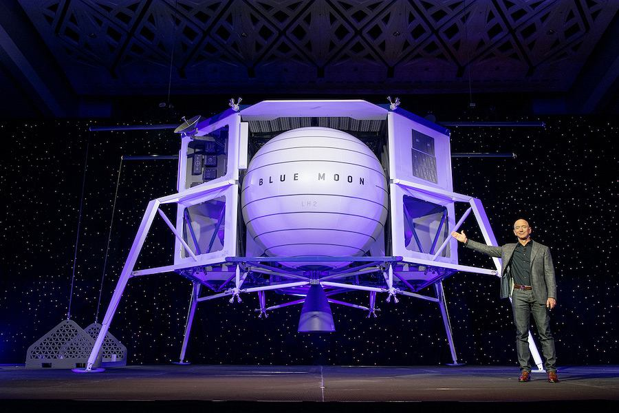 Bezos podczas prezentacji makiety lądownika Blue Moon