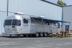 """Tom Hanks sprzedaje przyczepę kempingową Airstream. Była na wszystkich planach filmowych. """"Pan wie, kto w niej siedział?"""""""