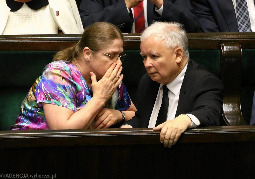 Posłanka Krystyna Pawłowicz przy uchu prezesa Jarosława Kaczyńskiego