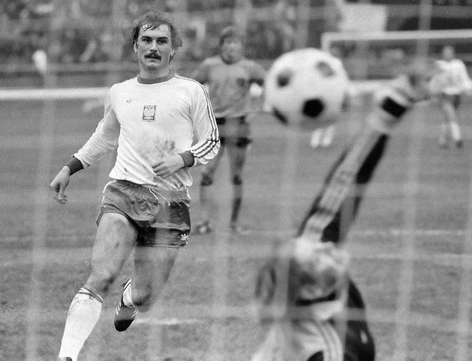 Włodzimierz Mazur wykorzystuje rzut karny w meczu Polska - Holandia (2:0) na Stadionie Śląskim w 1979 r.