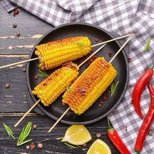 Kukurydzę można wykorzystać na wiele sposobów. Młode kolby są pyszne na surowo, pieczone lub grillowane. Z ziaren można przygotować kremową zupę, a z mąki kukurydzianej upiec chleb lub placki