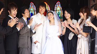 Niektóre japońskie panny młode, zapatrzone w kulturę zachodnią, pragną brać ślub w kościele, w białej sukni