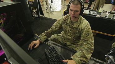Członek drużyny U.S Army Esports, Sierżant David Blose, w trakcie gry w Rainbow Six Siege.