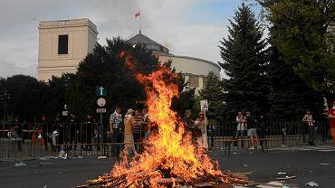 Blokada sejmu przez 'Solidarność', 11 maja 2012 r. Związkowcy palą plakaty posłów z PO