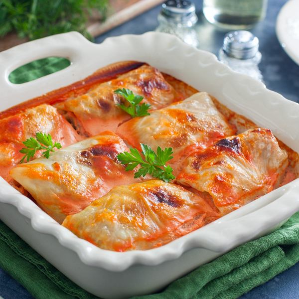 Gołąbki najczęściej nadziewa się mięsem z ryżem i dusi w sosie pomidorowym, ale można je też przygotować bez mięsa. 5 przepisów na gołąbki dla mięsożerców i dla wegetarian