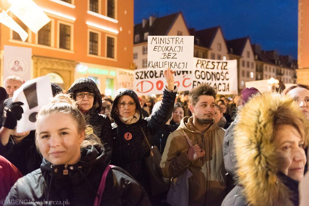 11.04.2019, Wrocław, przykład praktycznego zastosowania żeńskiej końcówki podczas manifestacji wspierającej strajk nauczycieli.