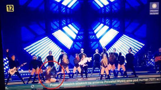 Tancerka upadła podczas koncertu Lisowskiej