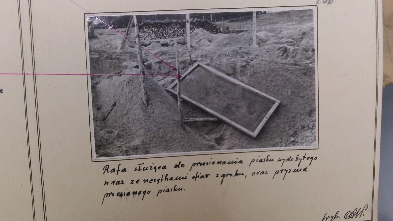 Rafa, czyli sito służące do przesiewania kości i ziemi, w poszukiwaniu złota i kosztowności. Milicjanci znaleźli je podczas akcji przeciwko kopaczom w 1958 r. na terenie byłego obozu zagłady w Bełżcu (fot. Archiwum IPN)