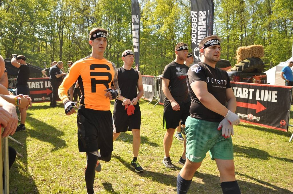 Michał Baryza (na zdjęciu w pomarańczowej koszulce) opowiada o Spartan Race.