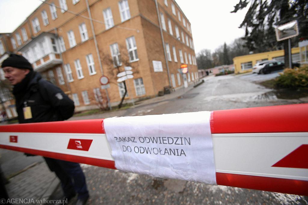 Szpital MSWiA przy ul. Jagiellońskiej. Informacja o zakazie odwiedzin na szlabanie przy wjeździe na teren placówki