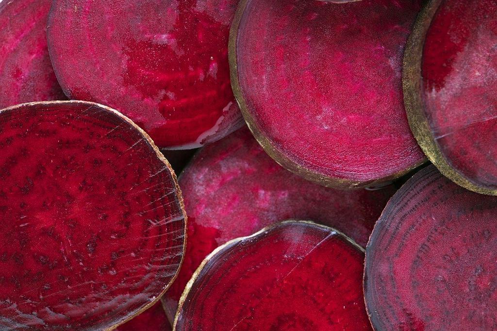 Buraki, które wykorzystujemy do zakwasu na barszcz czerwony, nie powinny być stare, pomarszczone, a za to możliwie najbardziej świeże i jędrne