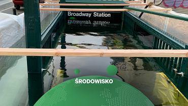 """Nowojorskie metro celowo zalało wejście do stacji. Dlaczego? """"Bo zmiany klimatu to fakt"""""""