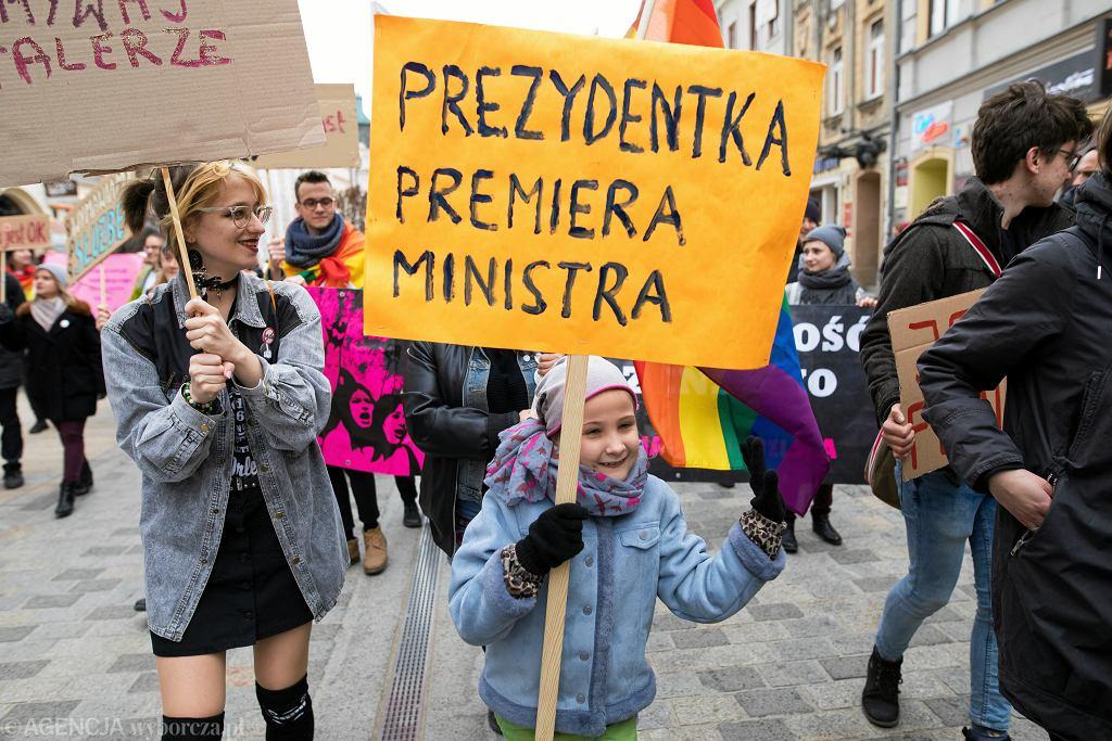Żeńskie rzeczowniki na transparencie podczas III Lubelskiej Manify pod hasłem : ' My jesteśmy rewolucją '.
