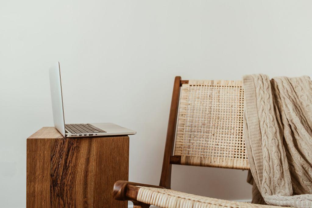 Krzesło z drewna i rattanu.