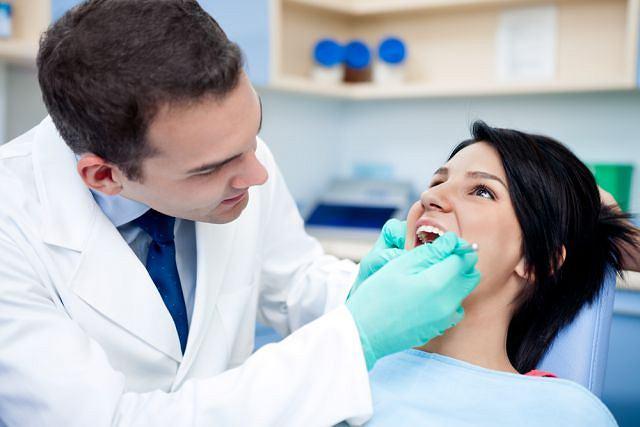 Ten rodzaj stomatologii, obok walki z samą próchnicą, zajmuje się leczeniem powstałych z jej przyczyny ubytków