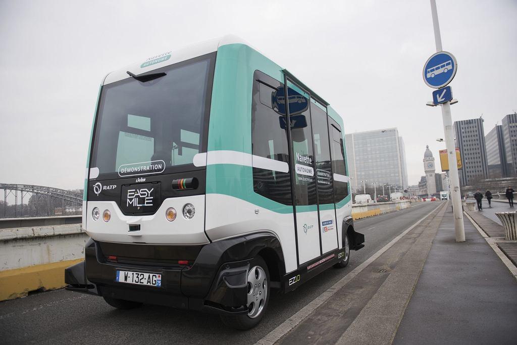 Autonomiczny minibus elektryczny EZ10 na ulicach Paryża.