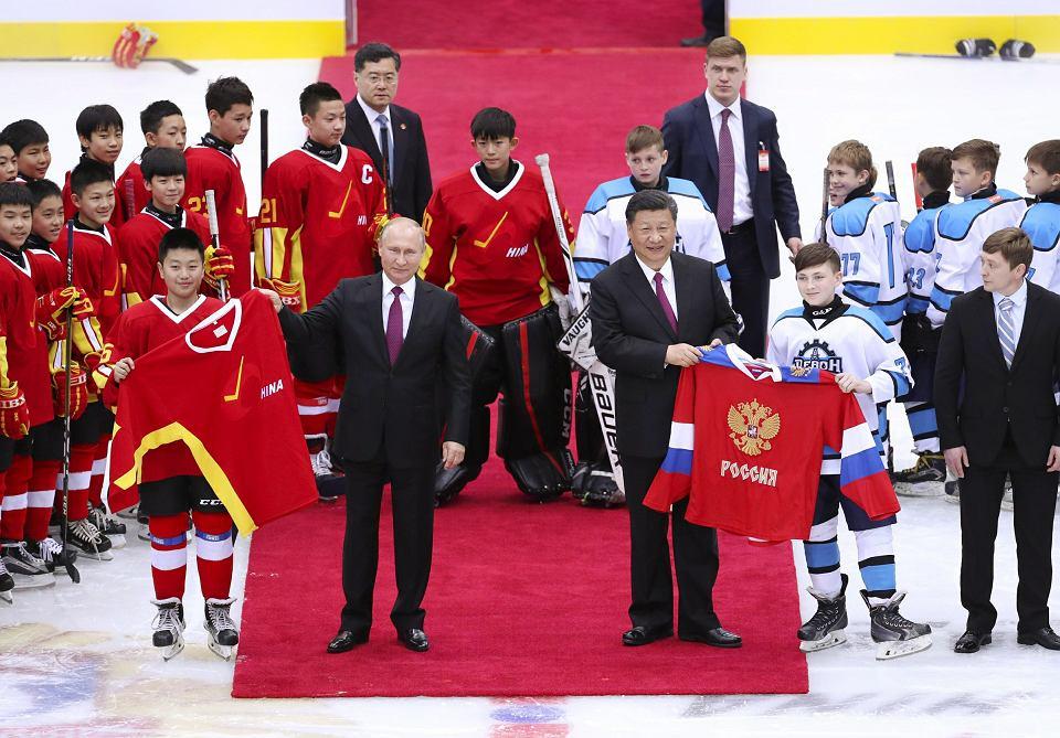 'Najbliżsi przyjaciele'. Xi Jinping nie grywa w hokeja jak Putin, ale każda okazja jest dobra, by zamanifestować bliskie stosunki. Np. podczas meczu juniorów przed szczytem SCO w Szanghaju