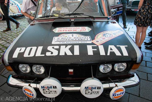 Zdjęcie numer 0 w galerii - Zabytkowe samochody na mecie rajdu historycznych pojazdów [GALERIA]