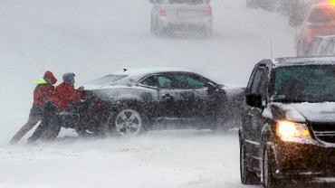 Ludzie próbują popchnąć samochód, który utknął na drodze w Massachusetts
