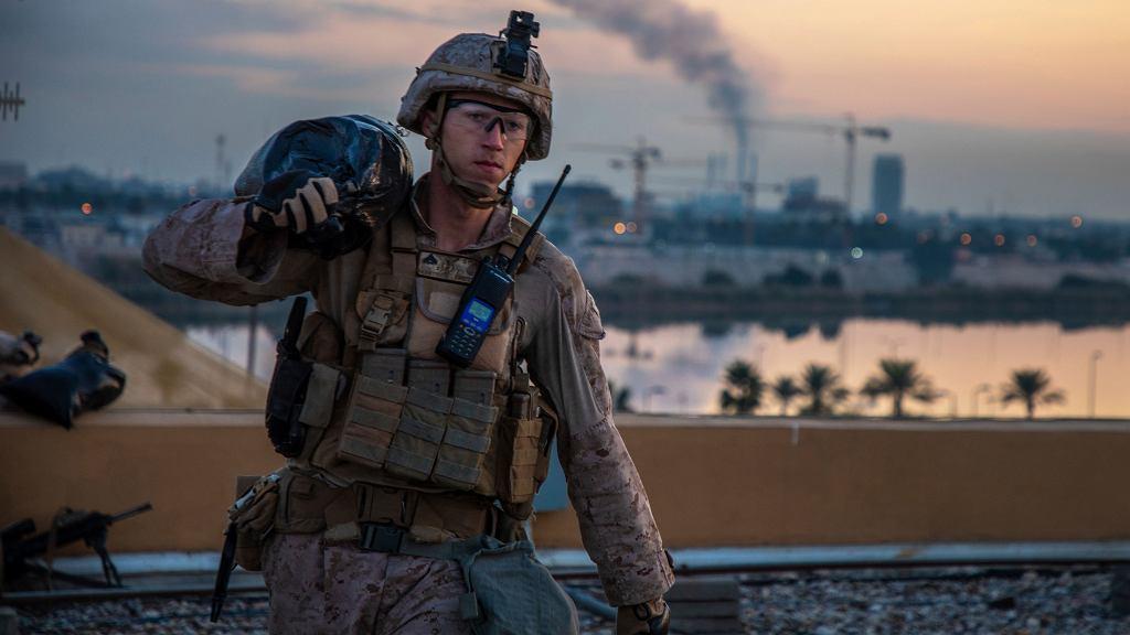 Amerykański żołnierz podczas wzmacniania kompleksu ambasady USA w Bagdadzie, 4 stycznia 2020 r.